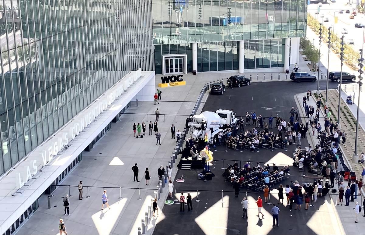 Gente asiste a la ceremonia de apertura de la feria World of Concrete en el Centro de Convencio ...