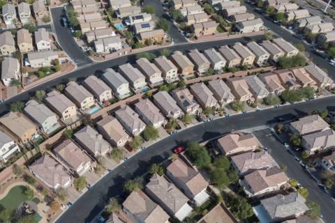 Una vista aérea de las urbanizaciones cerca de Farm Road y Shaumber Road en Las Vegas el lunes ...
