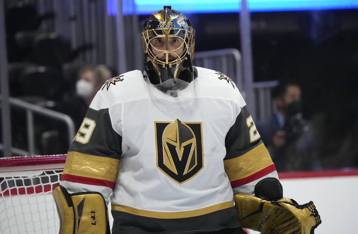 El portero de los Vegas Golden Knights, Marc-André Fleury, mira a las gradas durante un tiempo ...