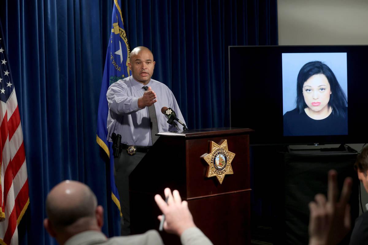 El teniente de homicidios de la policía de Las Vegas, Ray Spencer, muestra una foto durante un ...
