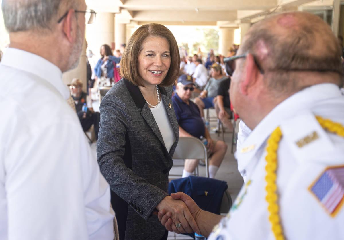 La senadora Catherine Cortez Masto, demócrata por Nevada, en el centro, estrecha la mano de lo ...