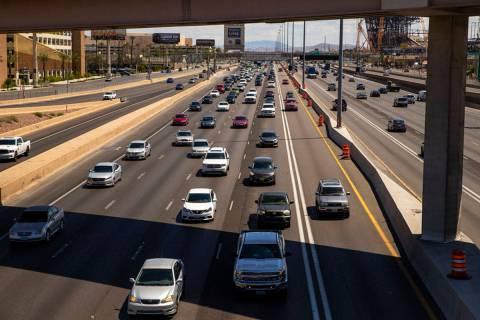 Muchos menos vehículos viajan en el carril HOV en dirección norte en la Interestatal 15 sobre ...
