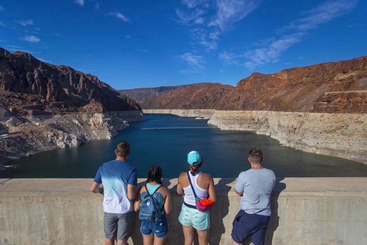 Turistas observan el Lago Mead desde la cima de la presa Hoover el martes, 8 de junio de 2021, ...