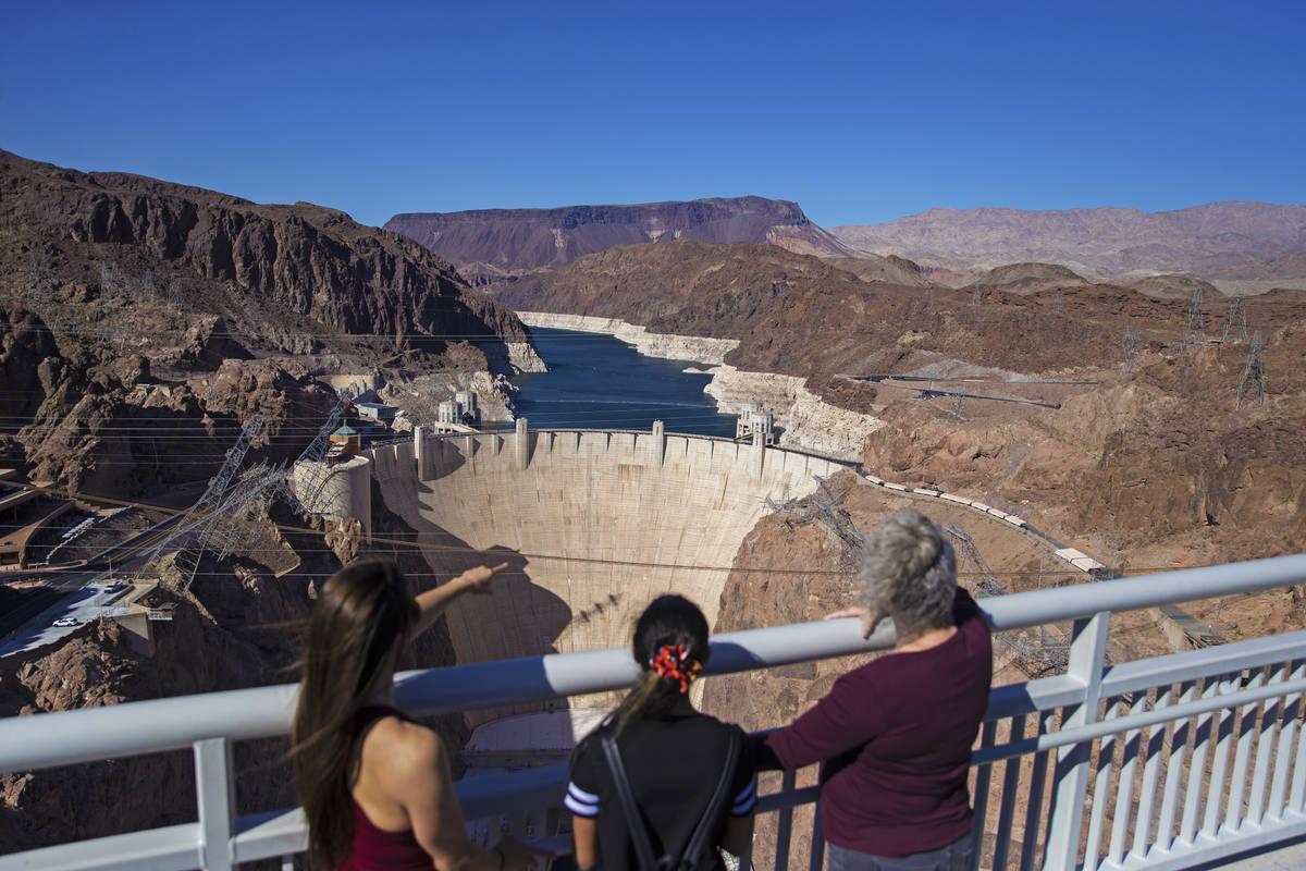 Abigail y Veronica Jones, a la izquierda, y Pamela Smith miran el Lago Mead y la presa Hoover m ...