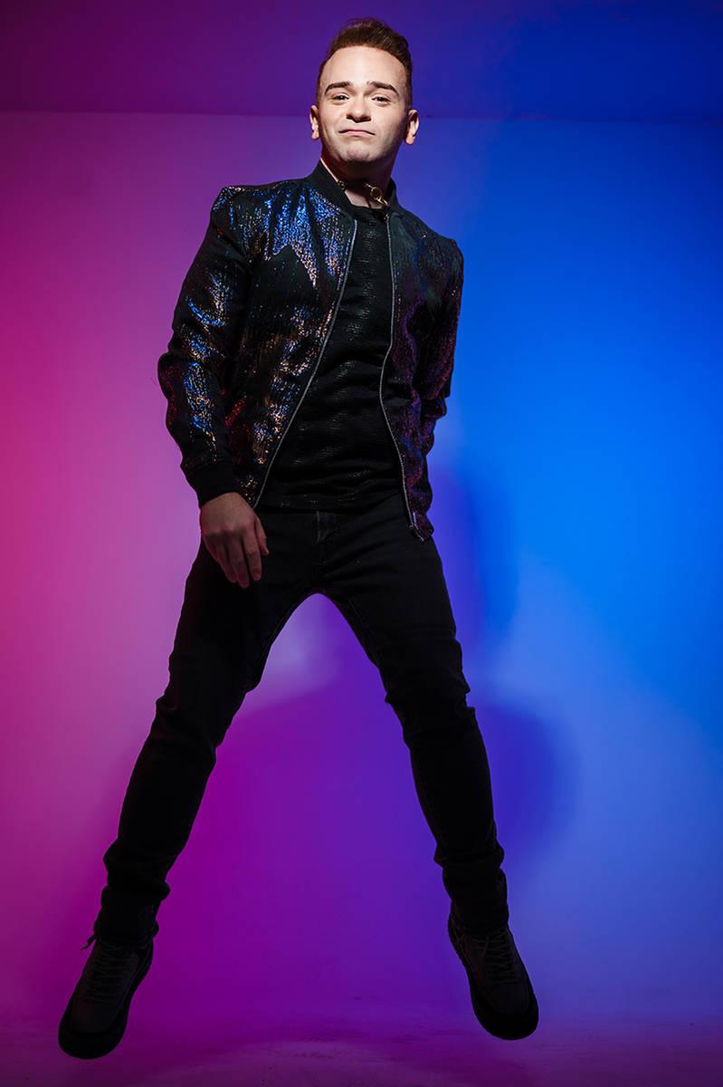 """El cantautor puertorriqueño, Alec Mora, ha lanzado su nuevo sencillo, """"Locura"""", con un vid ..."""