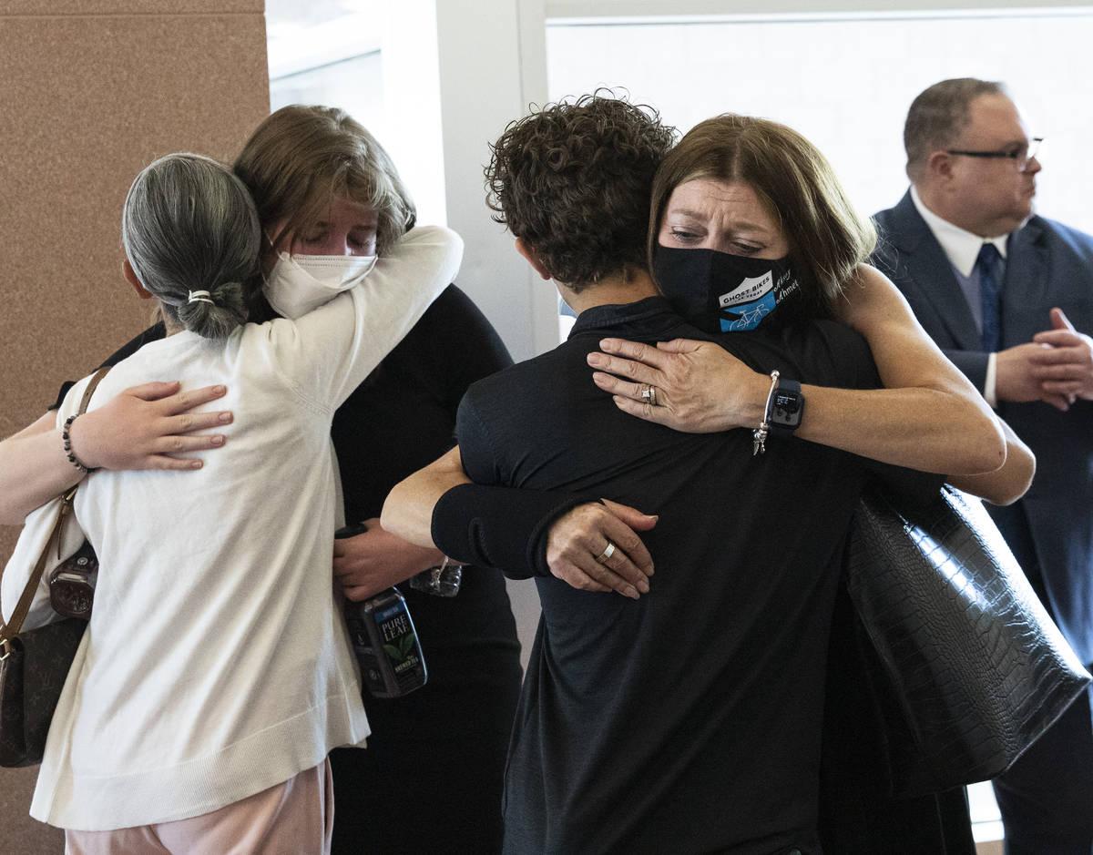 Los familiares de Aksoy Ahmet, de 48 años, se abrazan durante la sentencia de Jordan Barson en ...