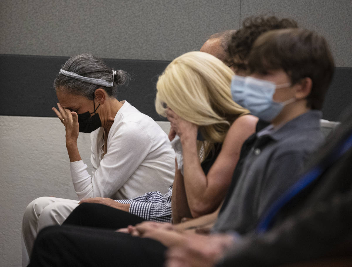 Los familiares de Aksoy Ahmet, de 48 años, reaccionan durante la sentencia de Jordan Barson en ...
