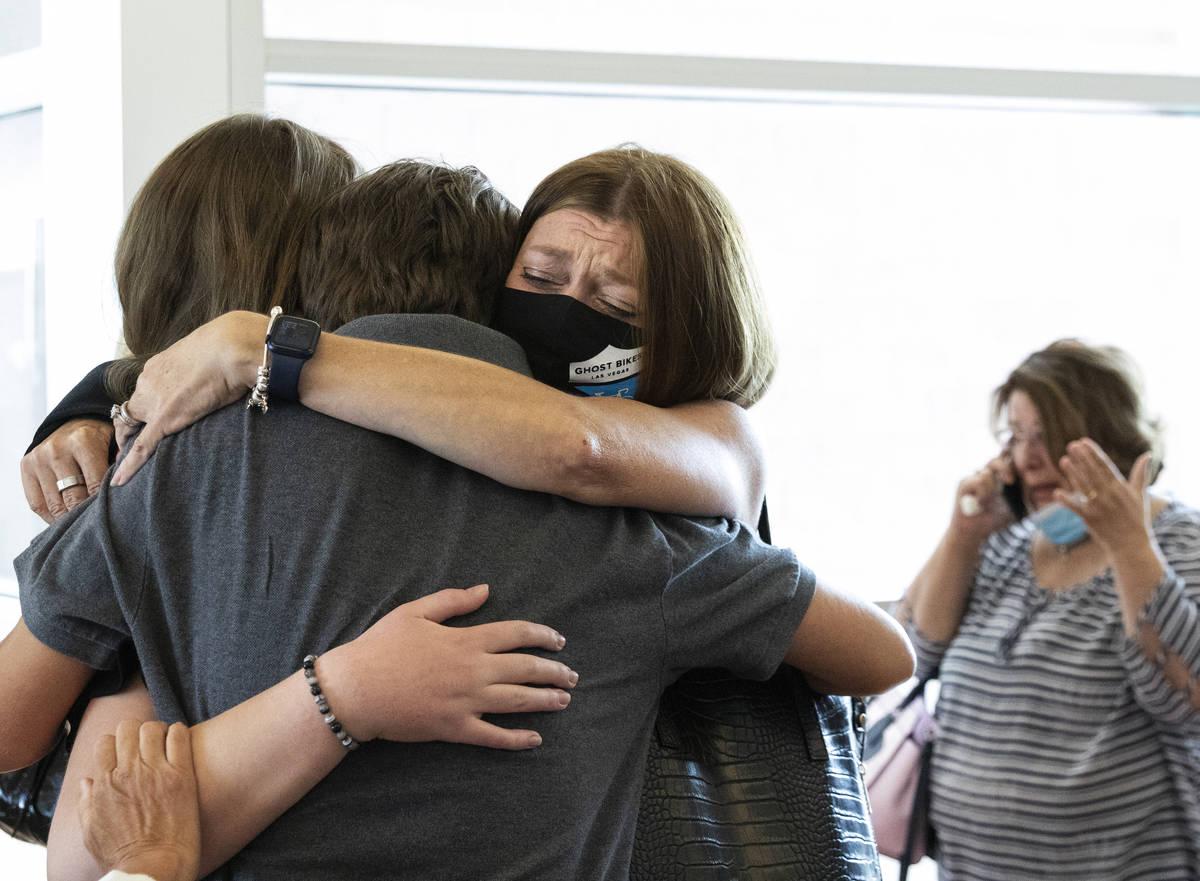 Angela Ahmet, a la derecha, abraza a su hija Jasmine y a su hijo Eren tras la sentencia de Jord ...