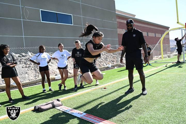 Los Raiders cubrieron todos los costos de la clínica, lo que permitió a los entrenadores reci ...