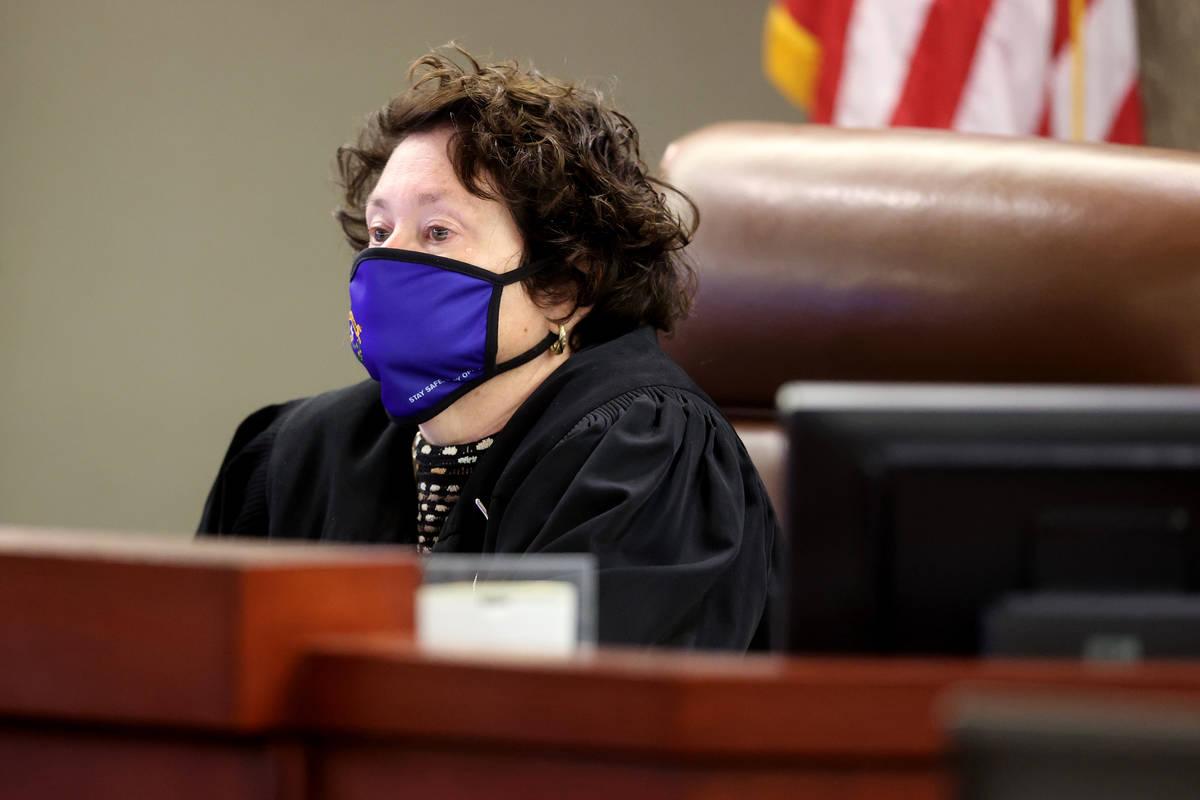 La jueza de distrito Elizabeth González preside durante un juicio civil en el Centro Regional ...