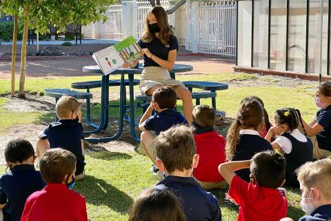 Estudiantes de la escuela intermedia presentaron y leyeron sus libros en voz alta a los estudia ...