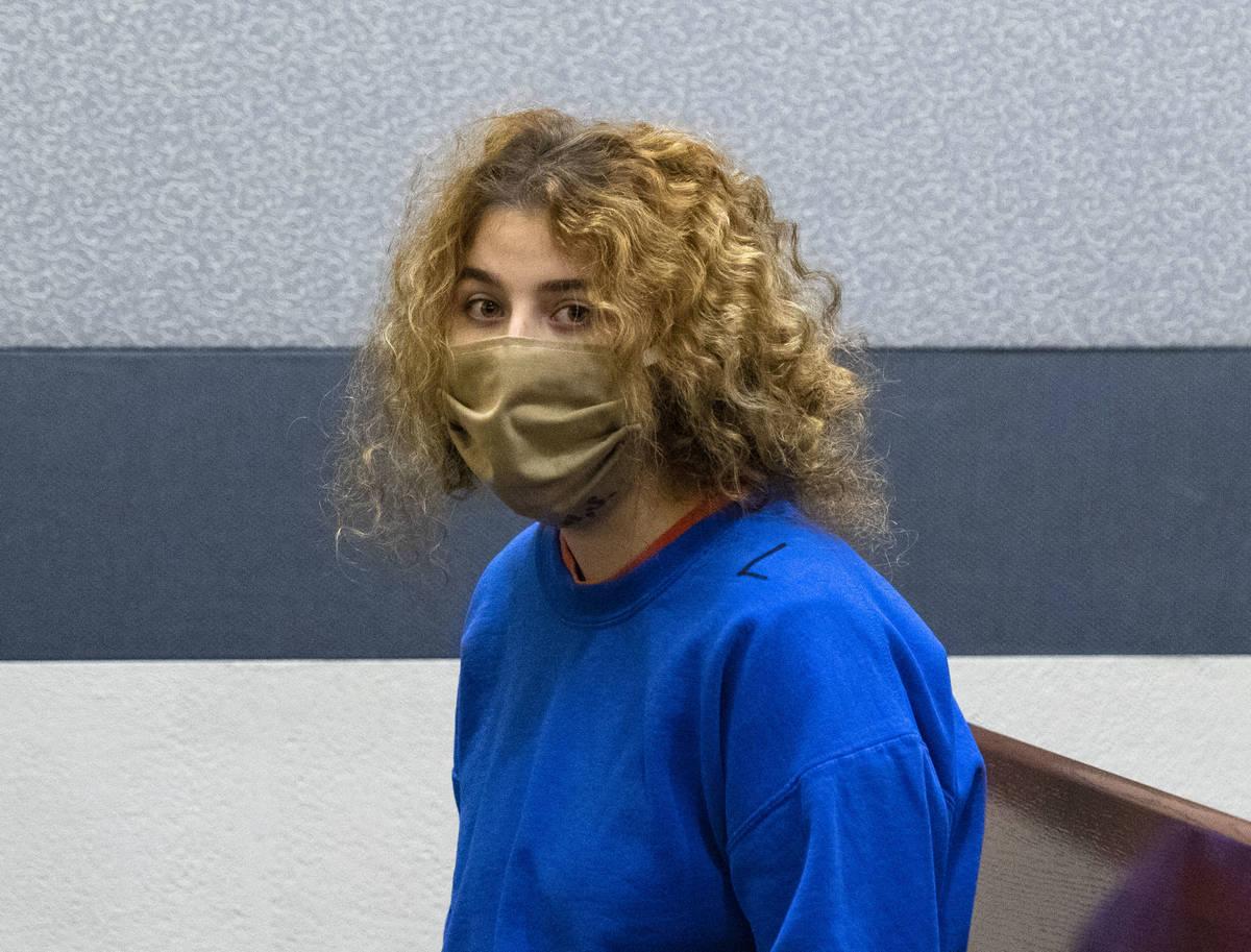 Sierra Halseth, acusada del asesinato de su padre, Daniel Halseth, comparece en el tribunal del ...