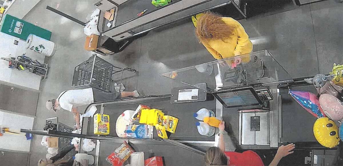 Sierra Halseth aparece en un video de vigilancia en una tienda Winco de Las Vegas. (Tribunal de ...
