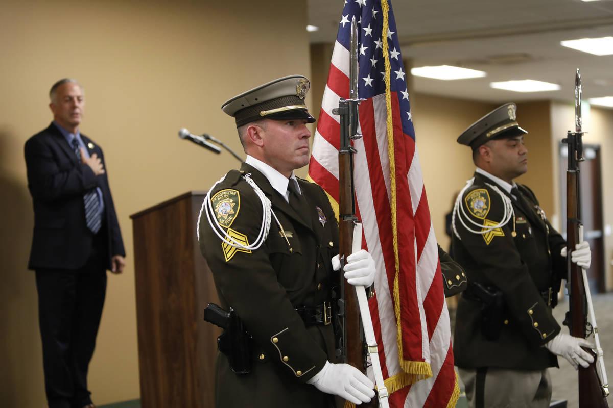 El algaucil del Condado Clark, Joe Lombardo, al fondo, los guardias de honor, el sargento Brian ...