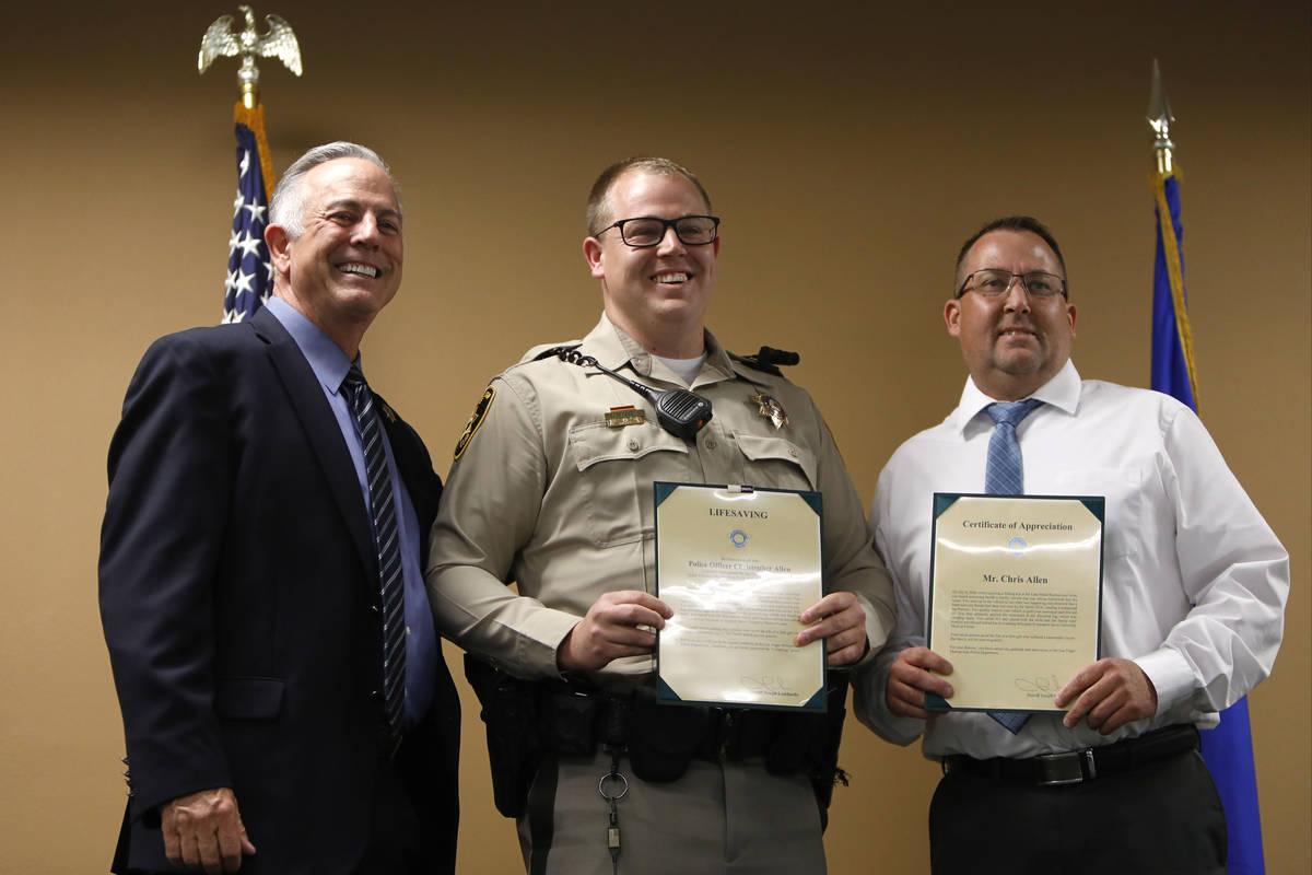El alguacil del Condado Clark, Joe Lombardo, a la izquierda, posa para una foto con el oficial ...
