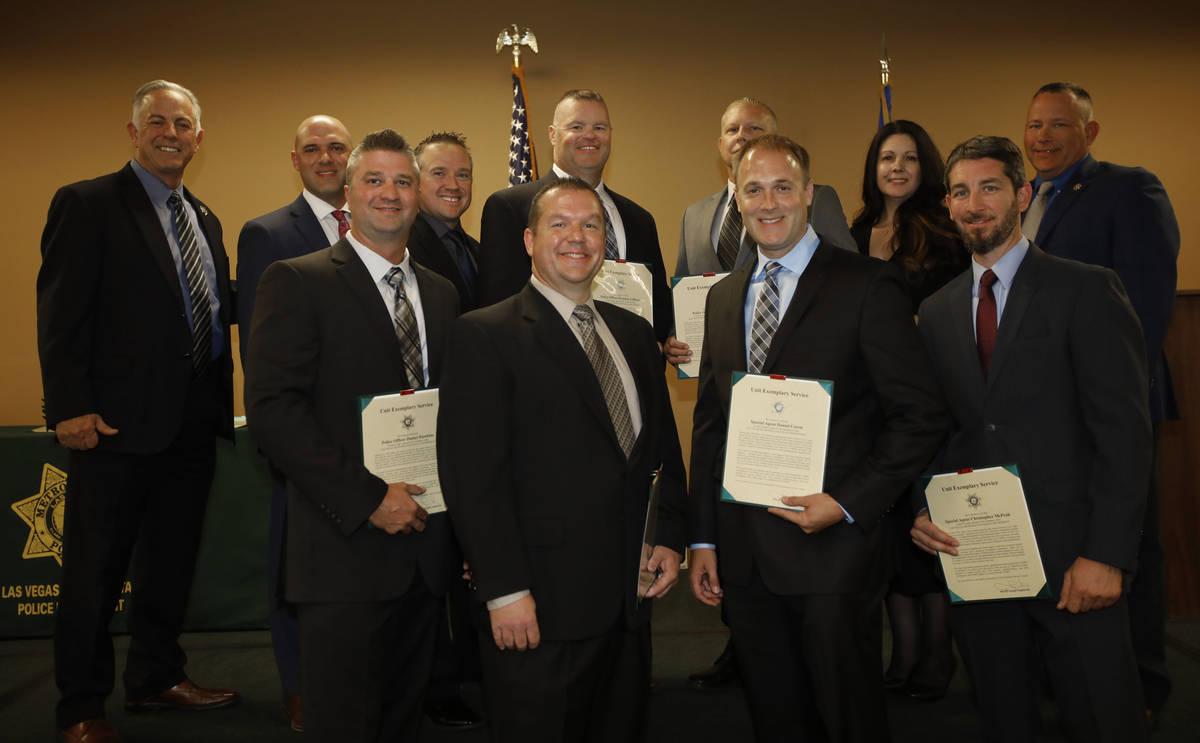 El alguacil del Condado Clark, Joe Lombardo, a la izquierda, posa para una foto con los destina ...