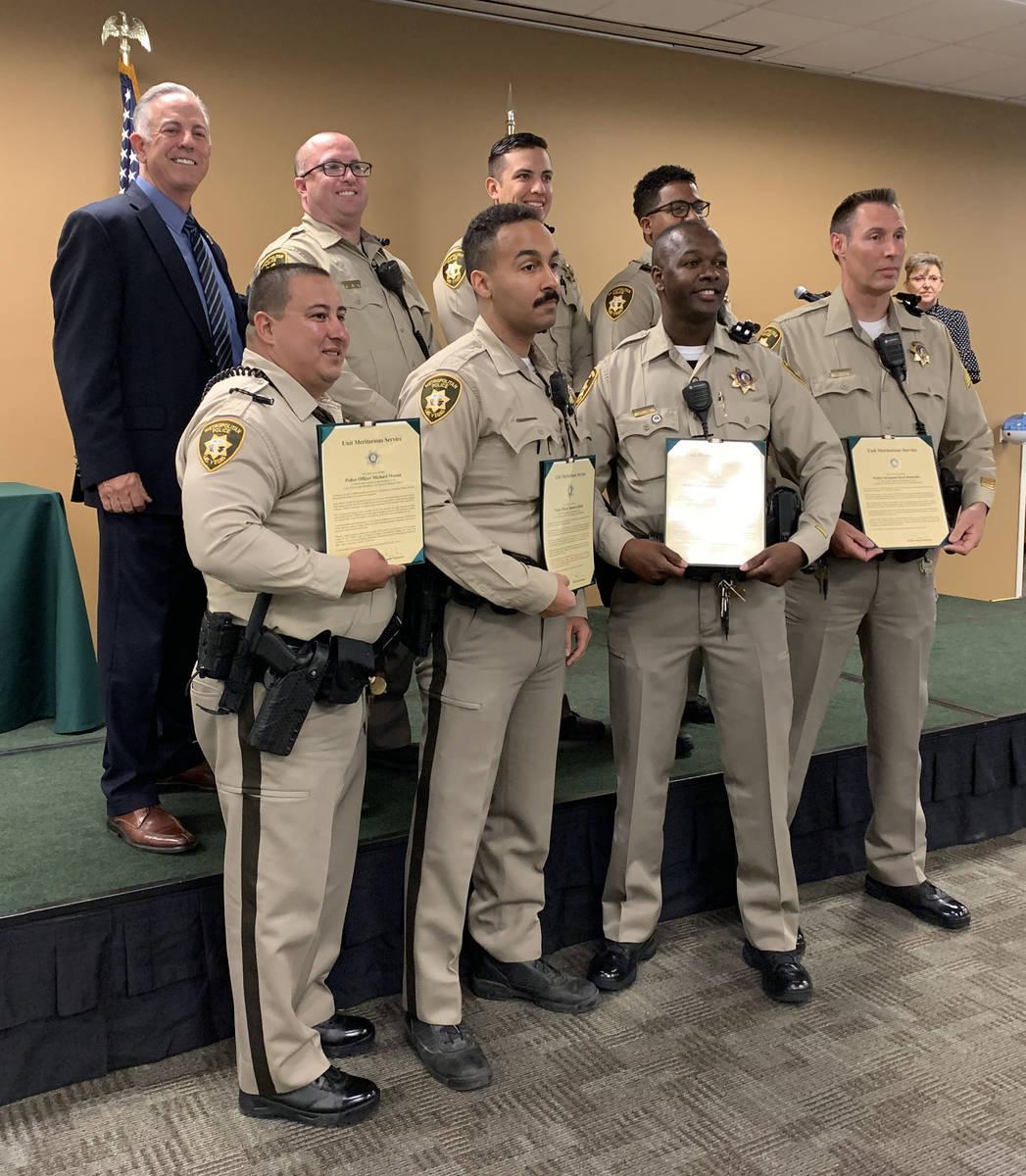El alguacil del Condado Clark, Joe Lombardo, al fondo a la izquierda, posa para una foto con lo ...
