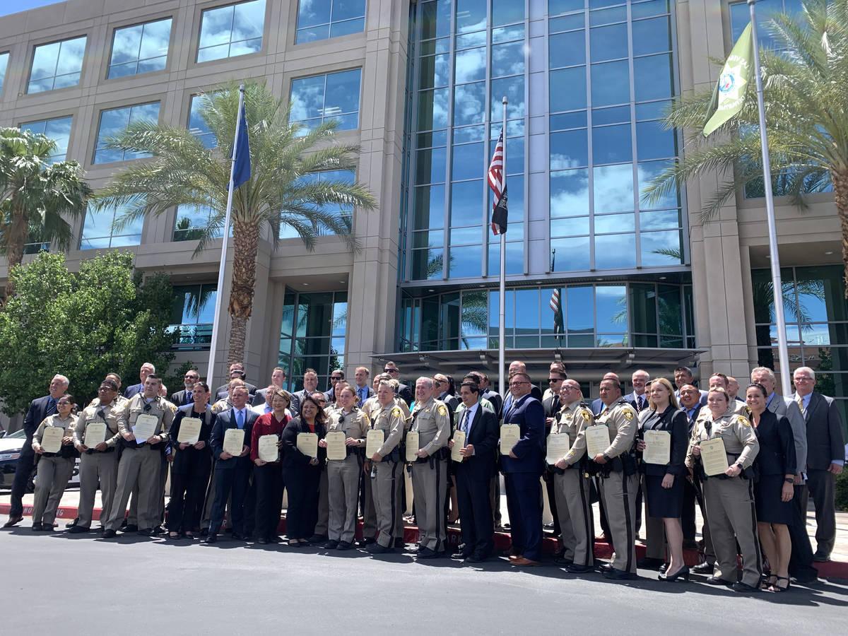 Los galardonados y funcionarios posan para una foto después de una ceremonia de entrega de pre ...