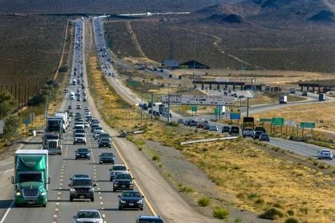 El tráfico del fin de semana festivo se vuelve más pesado en la línea estatal mientras los v ...