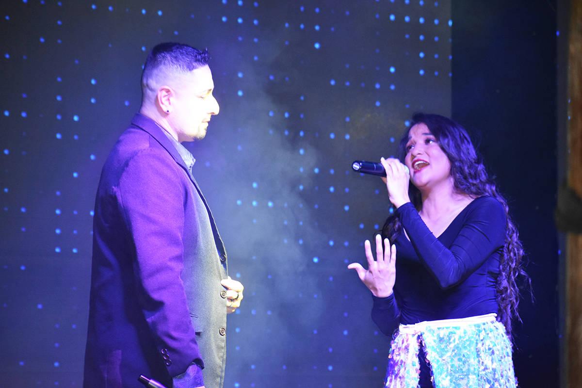 Omar Kami se unió a Cynthia Ríos en el escenario durante un concierto en homenaje a Selena Qu ...