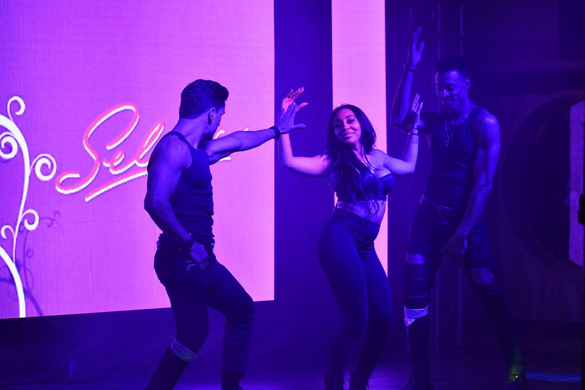 Los bailarines Mila Schütz, Antonio Granda y Roberto Alejandro se presentaron en el concierto ...