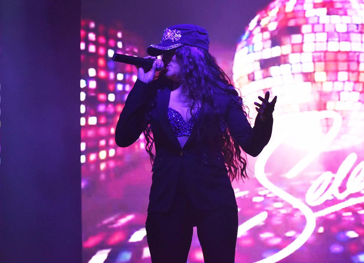 La cantante Cynthia Ríos ofreció un concierto tributo a Selena Quintanilla, en el cual inter ...