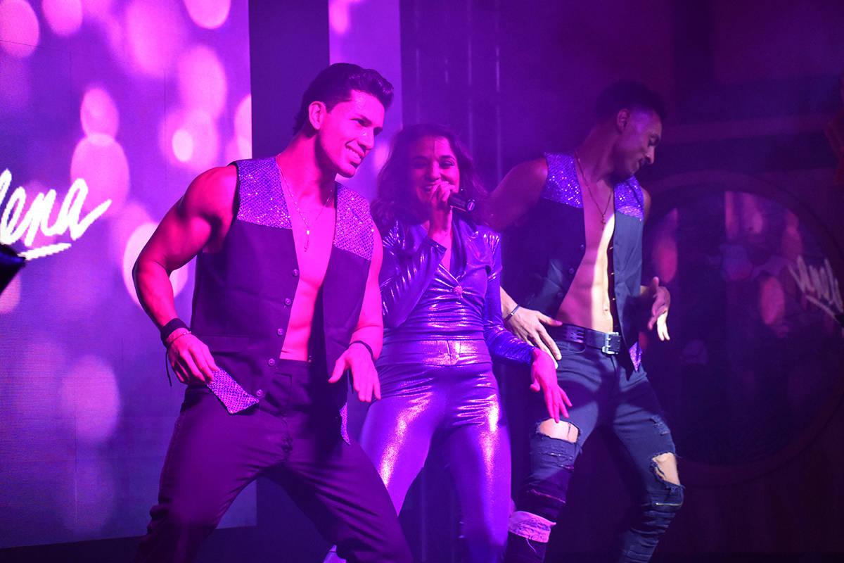 Los bailarines Antonio Granda y Roberto Alejandro acompañaron a Cynthia Ríos en el concierto ...