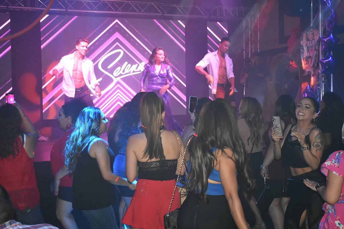 Cientos de personas disfrutaron del concierto tributo a Selena, presentado por Cynthia Ríos. V ...