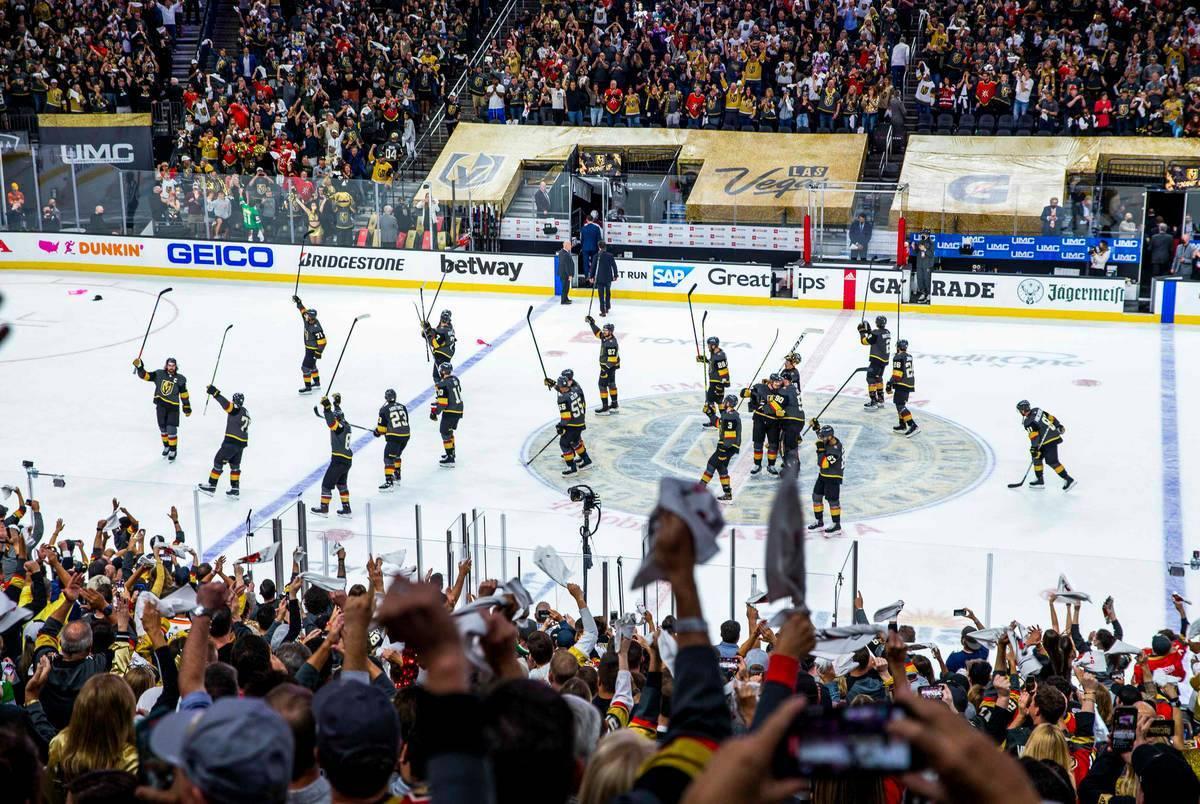 Los Golden Knights agradecen a los aficionados después de derrotar a Colorado Avalanche 6-3 en ...