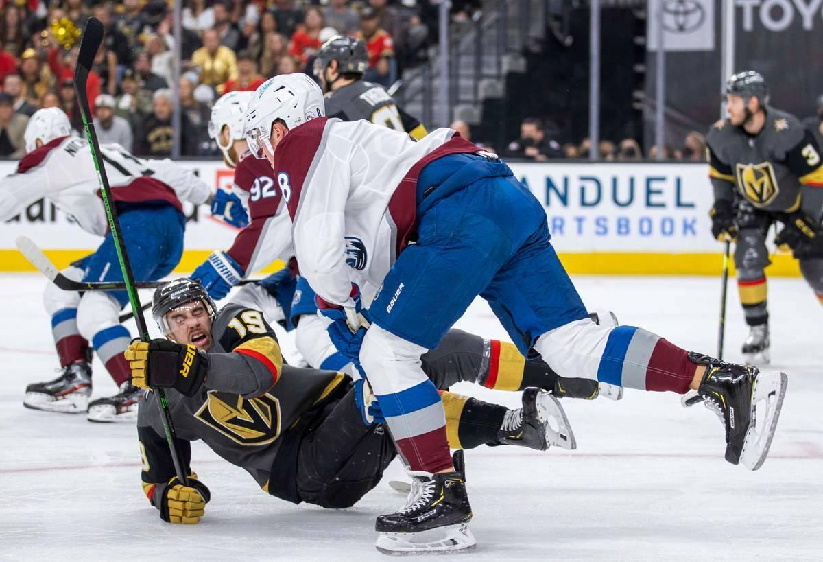 El ala derecha de los Golden Knights, Reilly Smith (19), es llevado al hielo después de que el ...