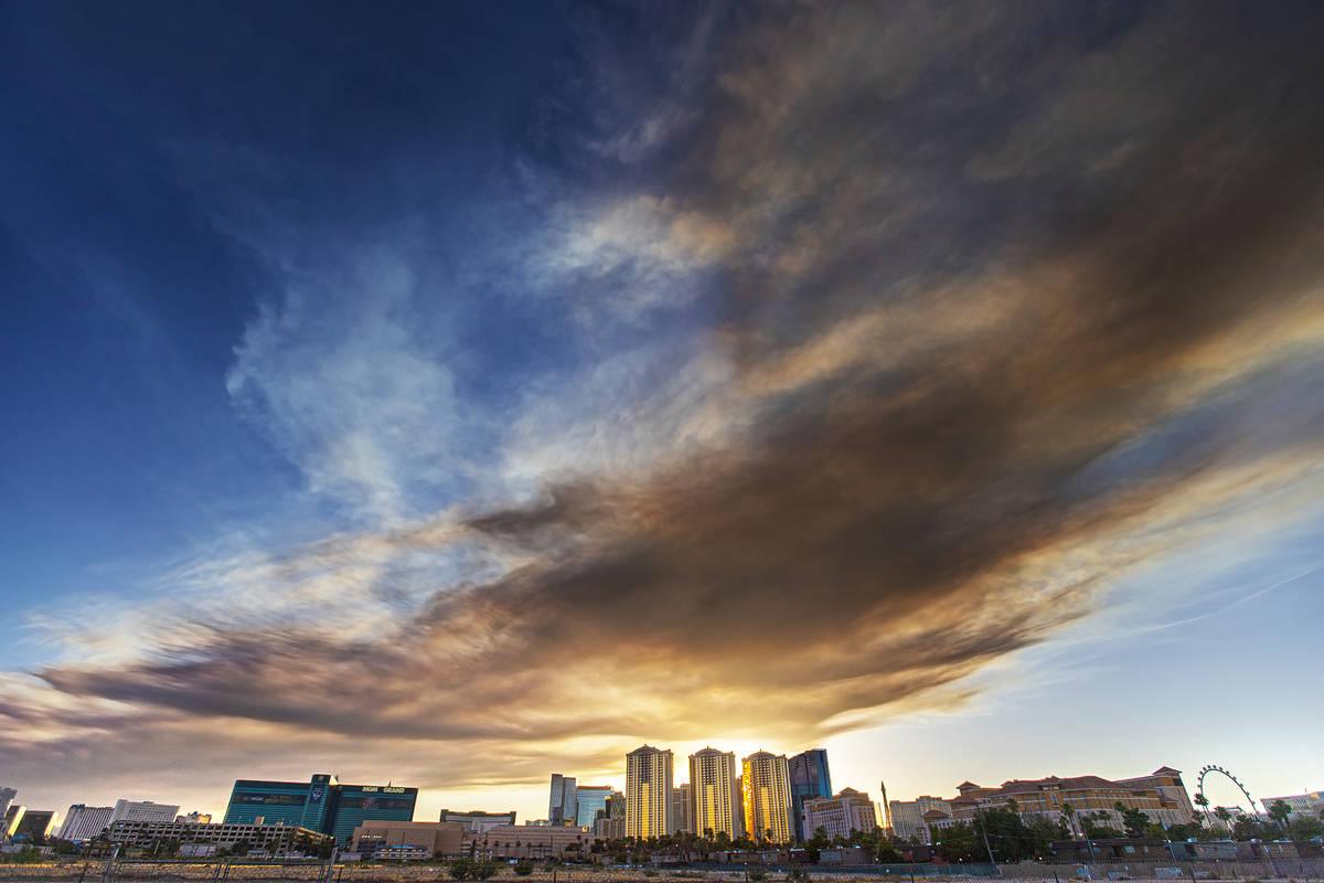 Grandes nubes de humo creadas por un incendio de entre 200 y 300 acres cerca de Sandy Valley Ro ...