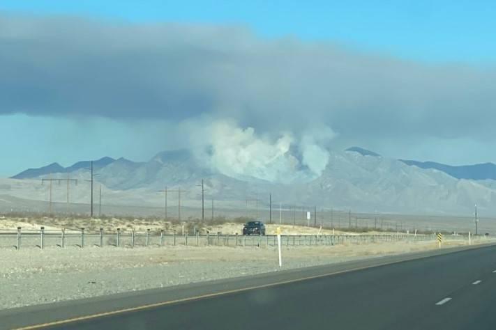 Una columna de humo se eleva desde la zona de Potosi Mountain. (Condado Nye vía Twitter)