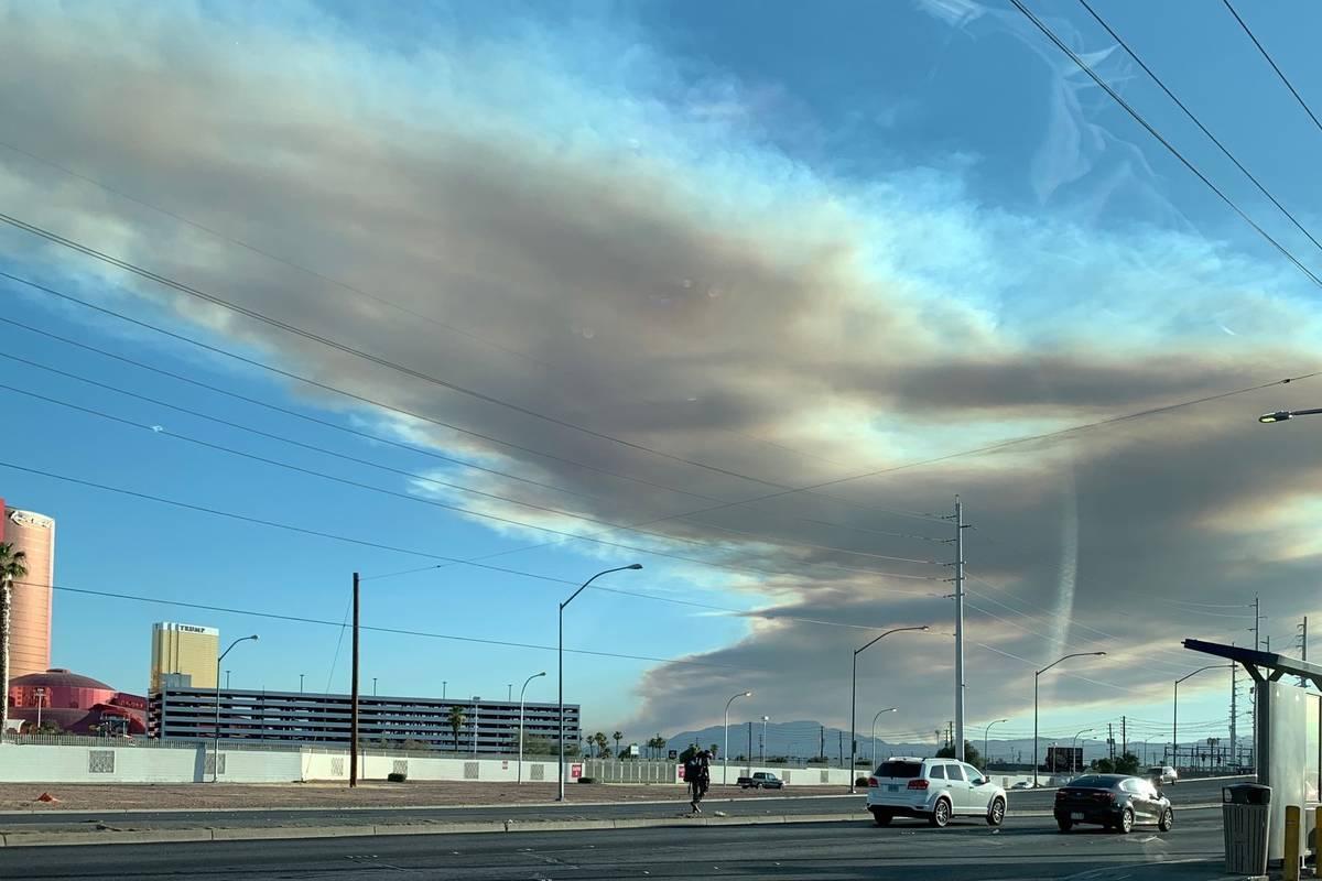 Un incendio en Potosi Mountain se ve desde la avenida Sahara cerca de la I-15 en Las Vegas el j ...