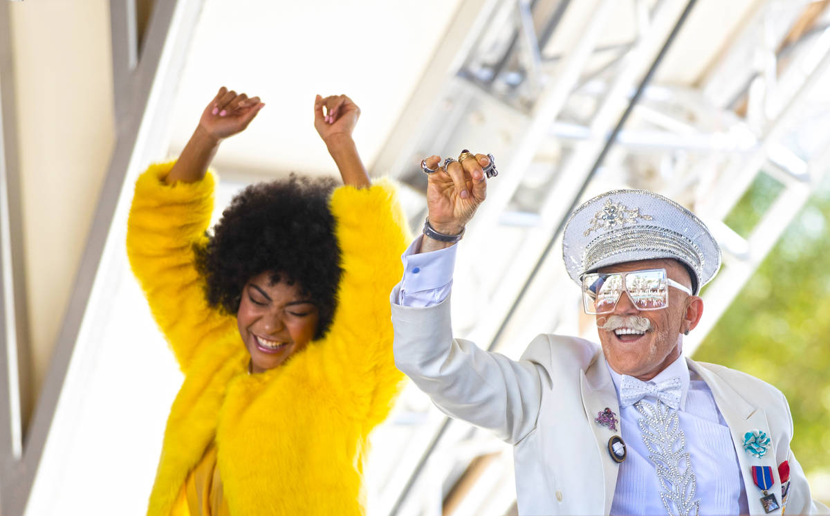 El personal de promoción baila durante un evento para los medios de comunicación antes del in ...