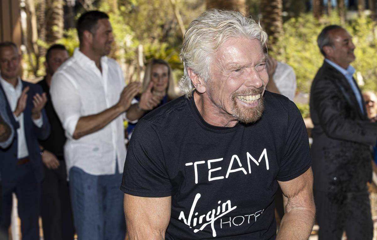 Sir Richard Branson, a la derecha, fundador de Virgin Group, comparte una risa con los asistent ...