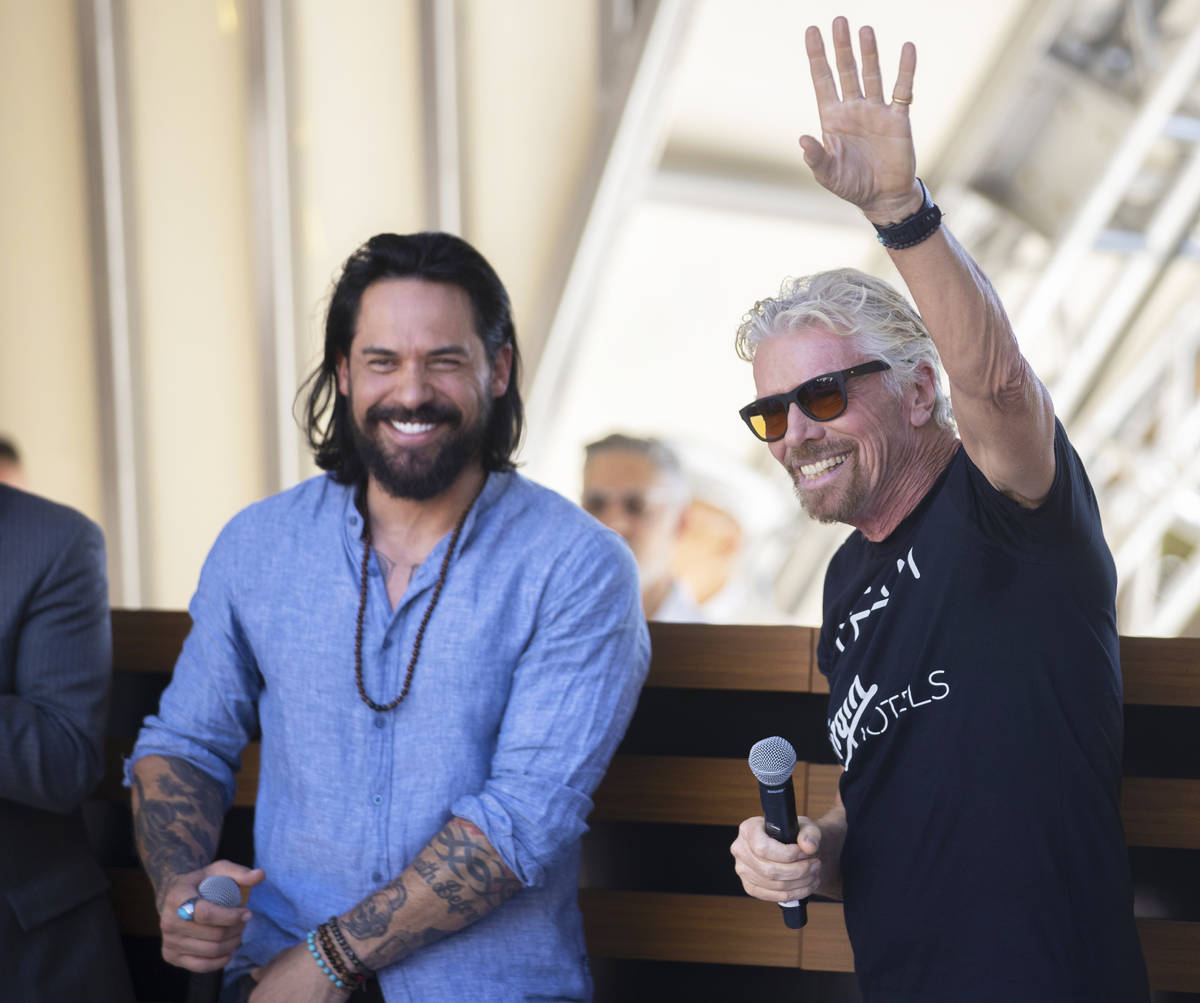 Sir Richard Branson, a la derecha, fundador de Virgin Group, saluda a los invitados durante el ...