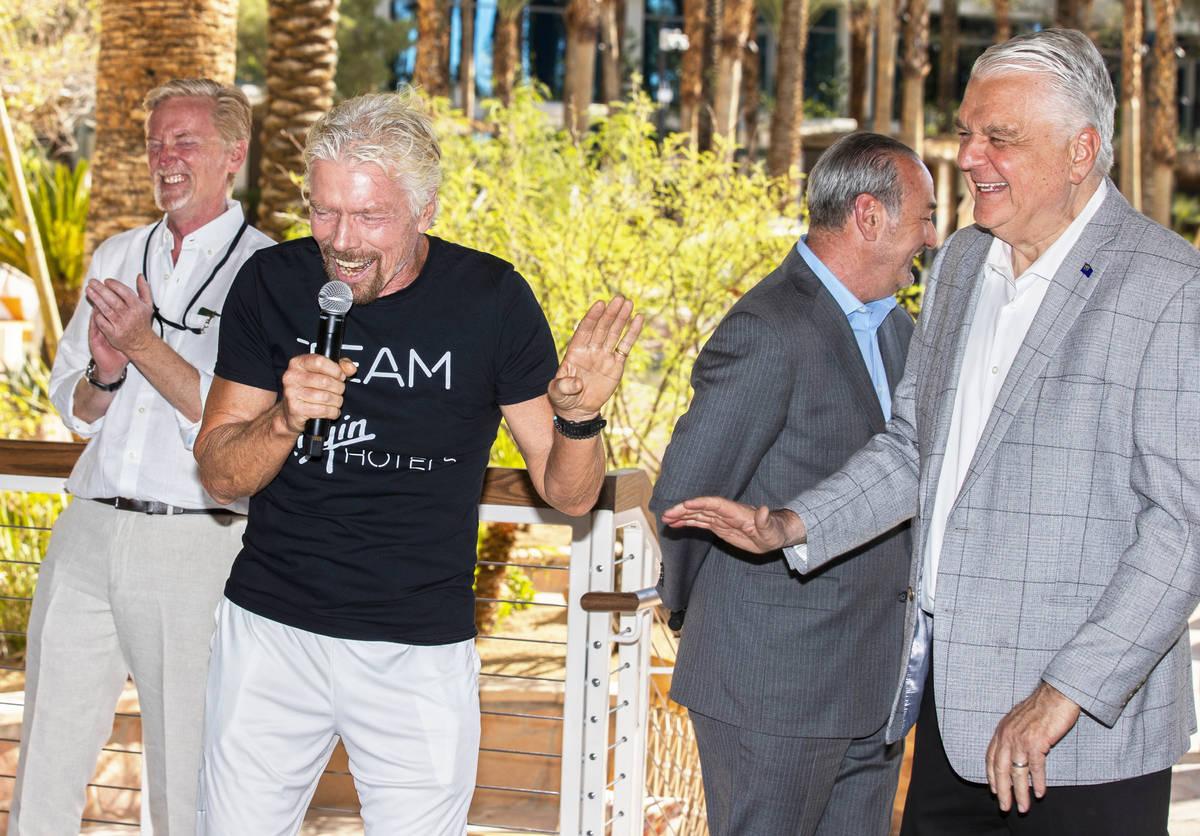 Sir Richard Branson, segundo por la izquierda, fundador de Virgin Group, comparte una risa con ...