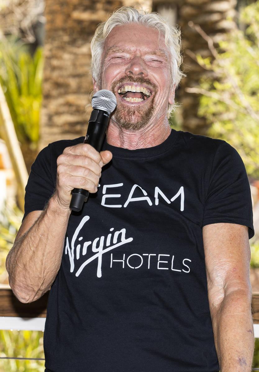 Sir Richard Branson, fundador de Virgin Group, se dirige a los medios de comunicación durante ...