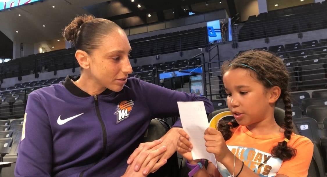 La periodista de la WNBA, Pepper Persley, de 10 años, habla con la guardia del Phoenix Mercury ...