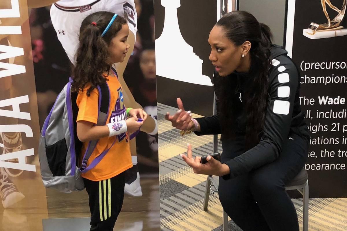 La periodista de la WNBA, Pepper Persley, de 10 años, habla con la alera estrella de las Aces ...