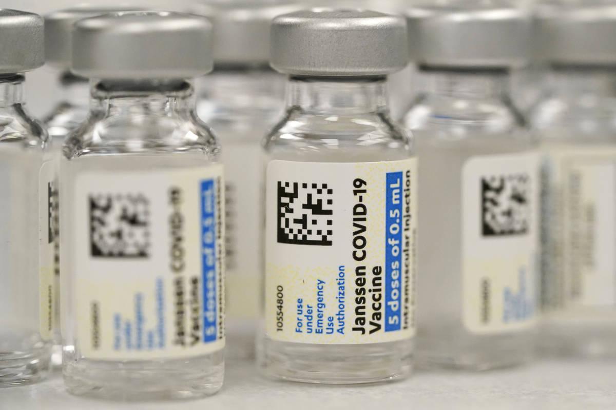 Esta foto de archivo del sábado, 6 de marzo de 2021 muestra viales de la vacuna COVID-19 de Jo ...