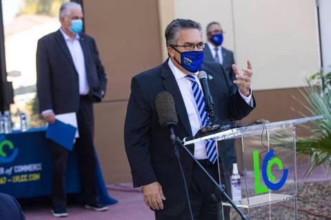 Peter Guzmán, presidente de la Cámara de Comercio Latina, habla durante una conferencia de pr ...