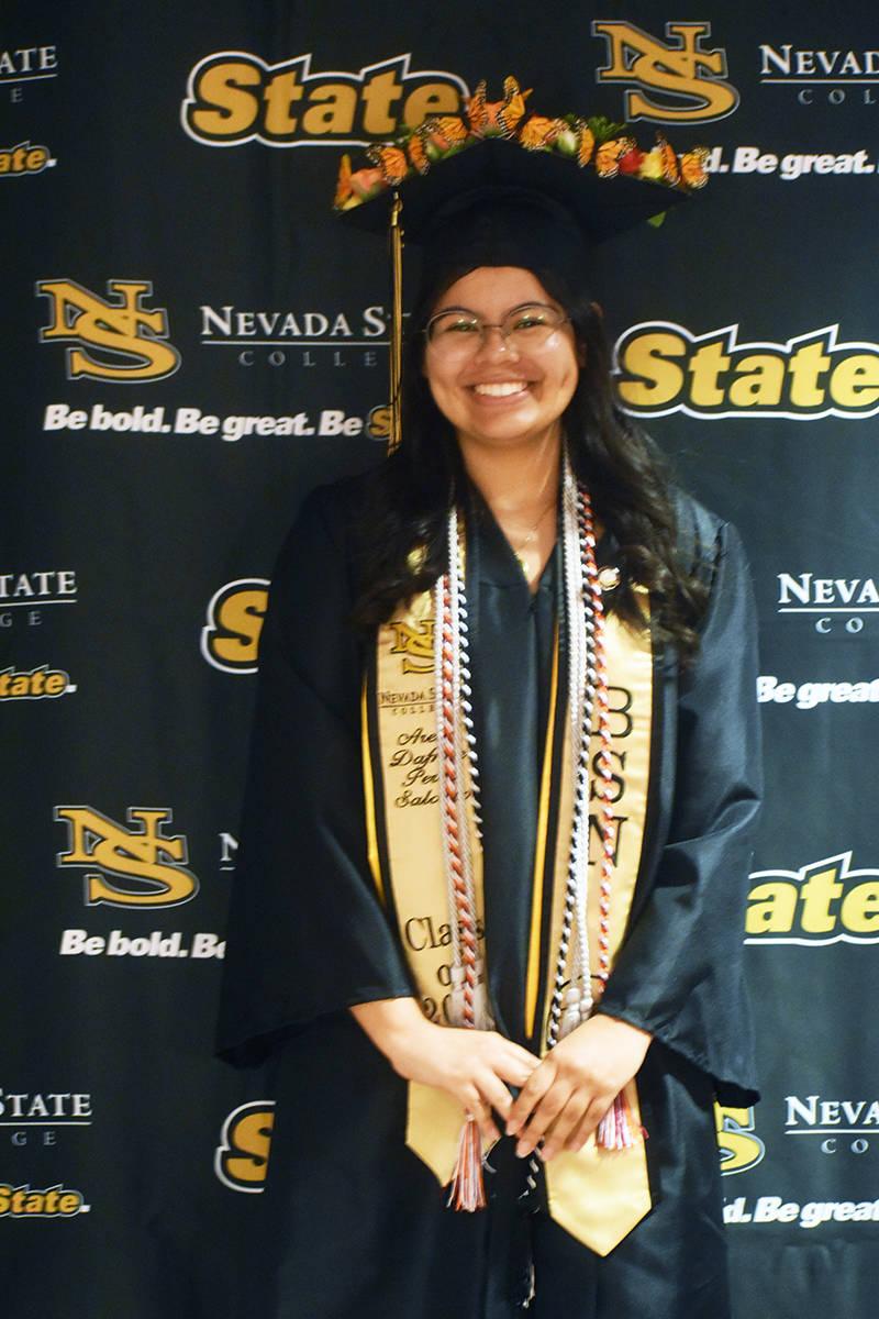 """La estudiante """"DREAMer"""" Arely Pérez, graduada de enfermería, se muestra feliz porque logr ..."""