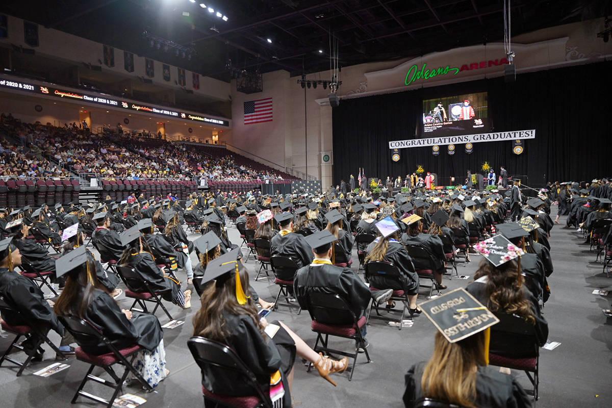 La generación 2021 del Nevada State College pudieron recibir su diploma de manera presencial d ...