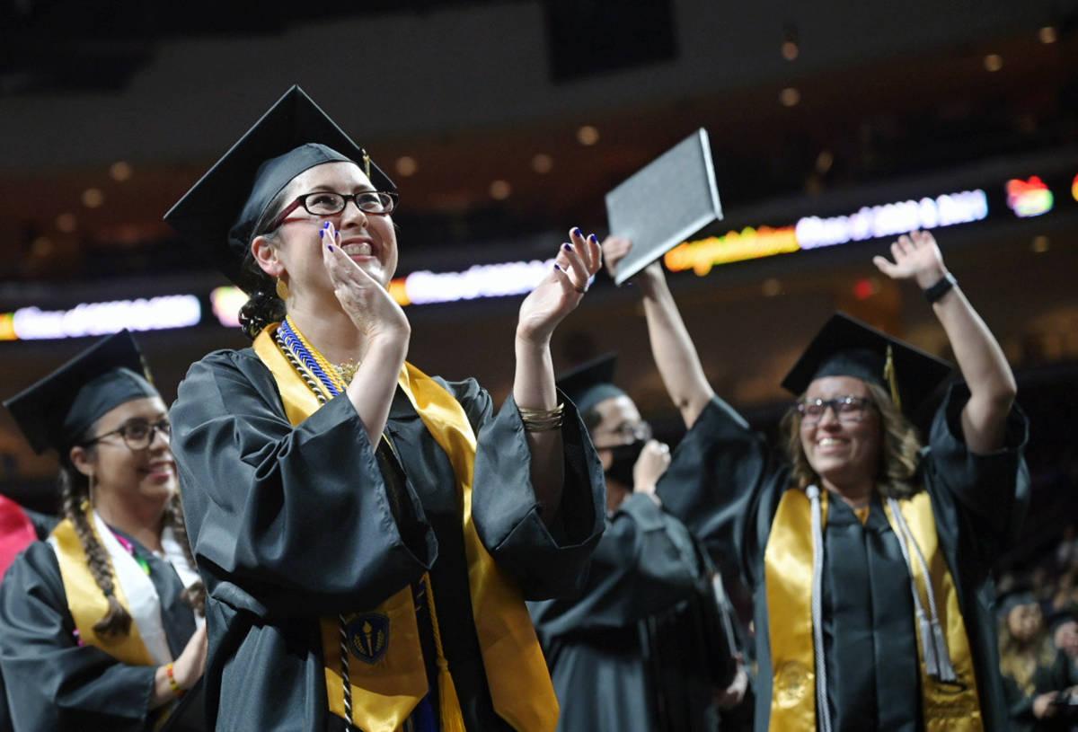 Fue una generación como ninguna otra ya que tuvieron que seguir estudiando hasta poderse gradu ...