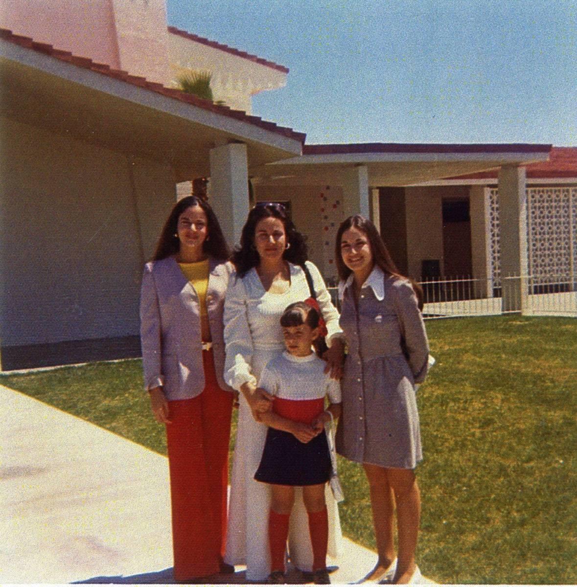 Lillam Lujan-Hickey (centro) rodeada de sus hijas, Lilliam Shell (izquierda) Silvia Walsh (dere ...