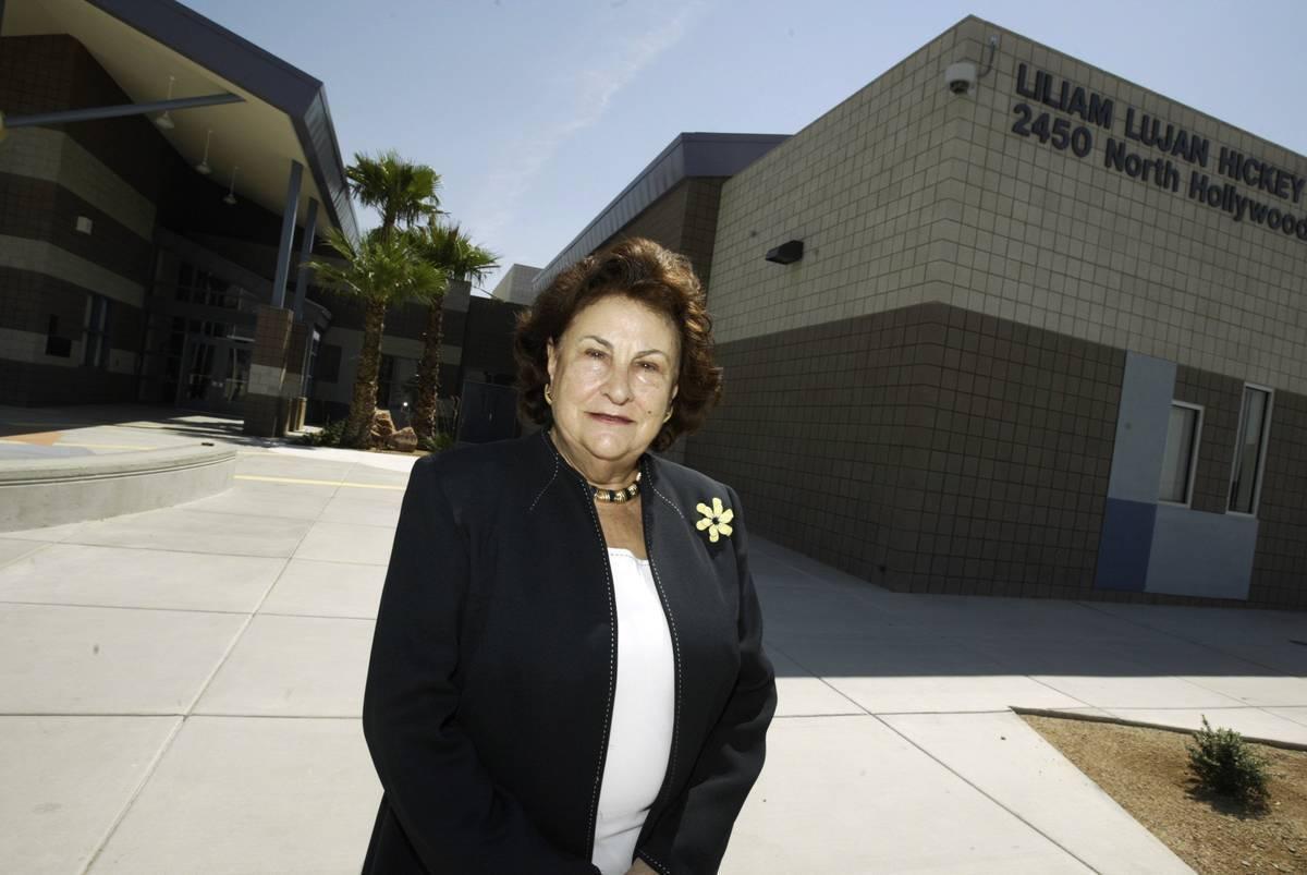 Liliam Hickey aparece en la foto frente a la escuela primaria que lleva su nombre en Las Vegas ...