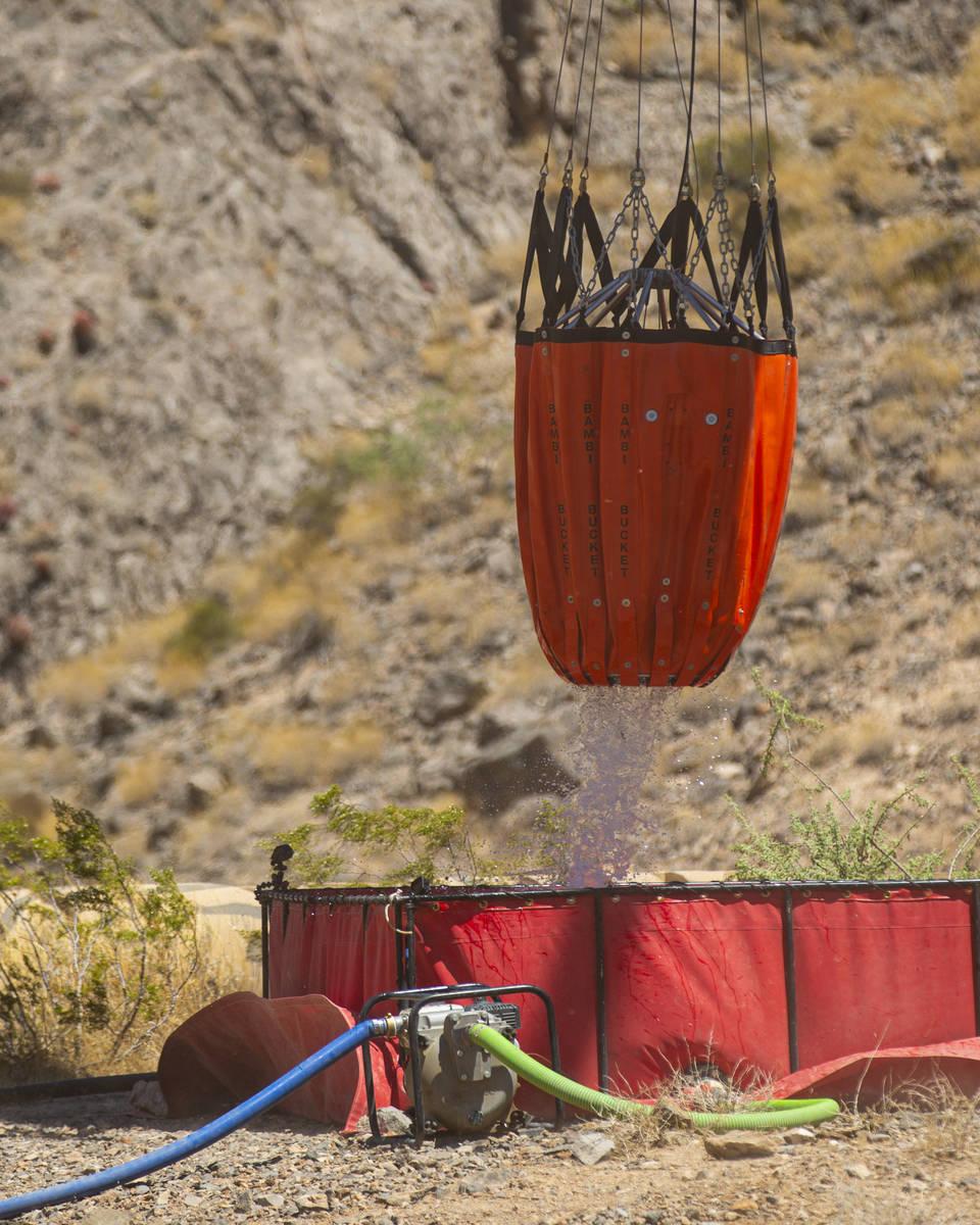 """Rick Thielmann, jefe de pilotos del Nevada Department of Wildlife, libera agua con un """"Bambi ..."""