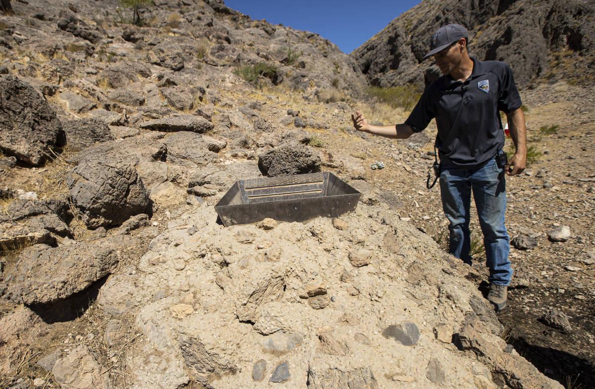 Sam Hughes, biólogo de desarrollo hídrico de la región sur del Nevada Department of Wildlife ...