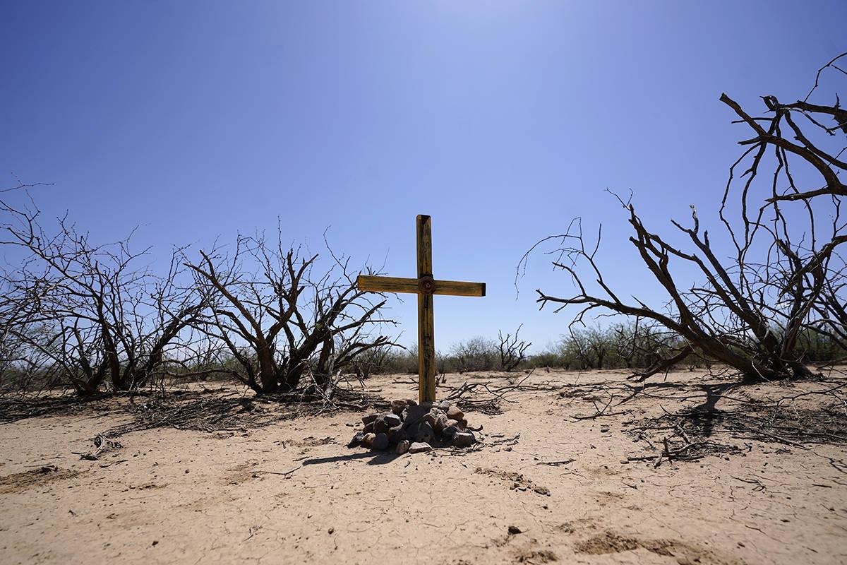 En esta foto de archivo, el grupo de voluntarios de Tucson Samaritans coloca una nueva cruz en ...
